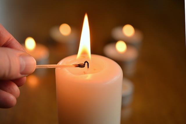 Свечи уберут запах линолеума