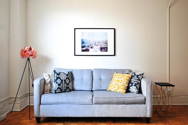 Чистка светлого тканевого дивана