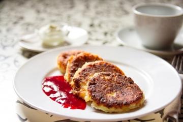 Как приготовить вкусные ванильные сырники с вишневым соусом