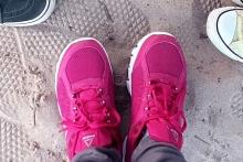 Бордовые кроссовки